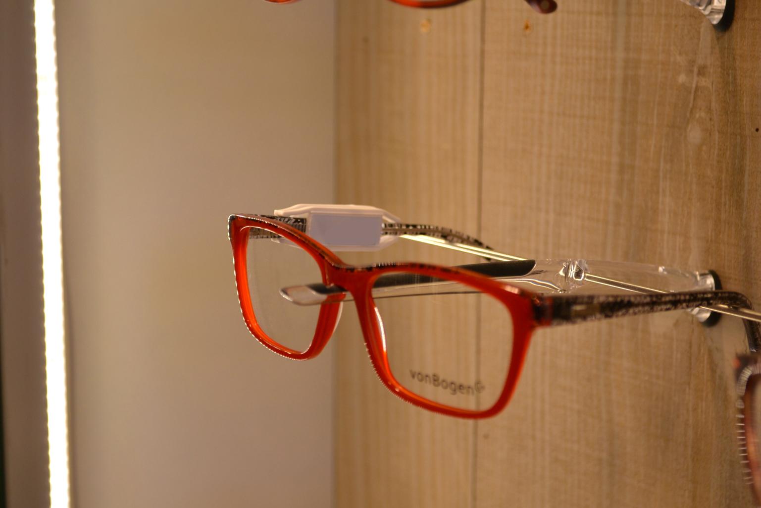 paire de lunettes rouge
